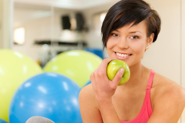 woman-eating-apple-after-workout