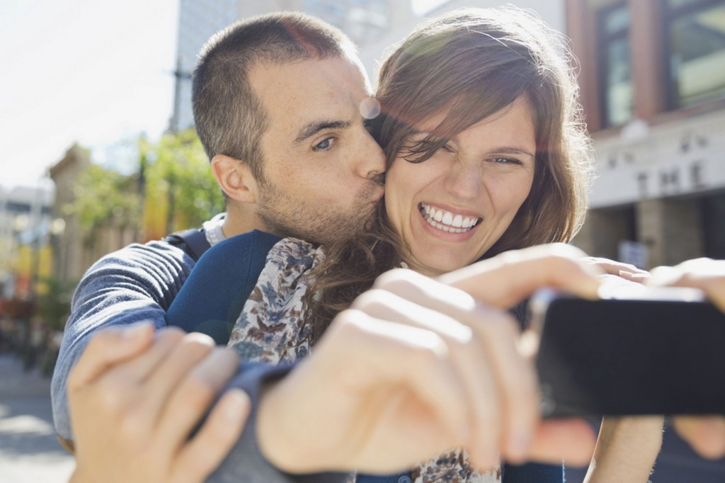 taking-selfies-couple